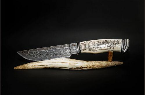 Авторский нож Походный <span>(Мозаичный дамаск, в режущей кромке 20000 слоёв, клык моржа, мозаичный дамаск, художественное оформление рукояти - скримшоу)</span>