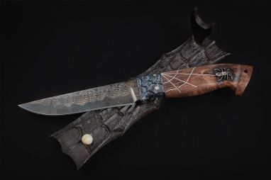 Авторский нож Барс <span><span>(трехслойный ламинат, мозаичный больстер, стабилизированная карельская береза, резная рукоять, инкрустация, подставка)</span></span>