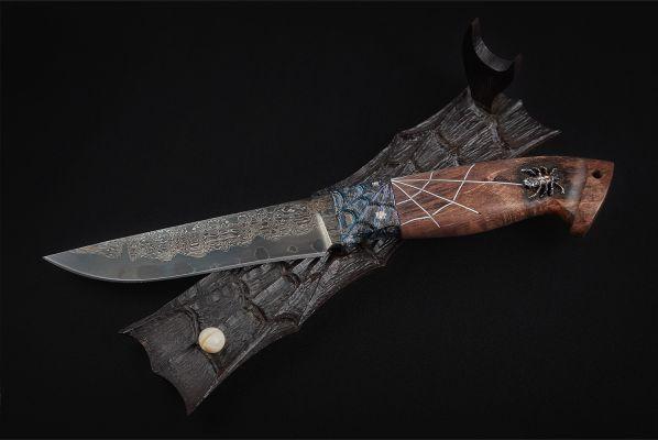Авторский нож Барс (трехслойный ламинат, мозаичный больстер, стабилизированная карельская береза, резная рукоять, инкрустация, подставка)