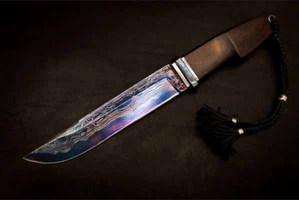 Авторский нож Таежный (клинок выполнен из трехслойного ламината,рукоять - айронвуд,больстер - мозаичный дамаск,обложен титановыми вставками, резная рукоять)