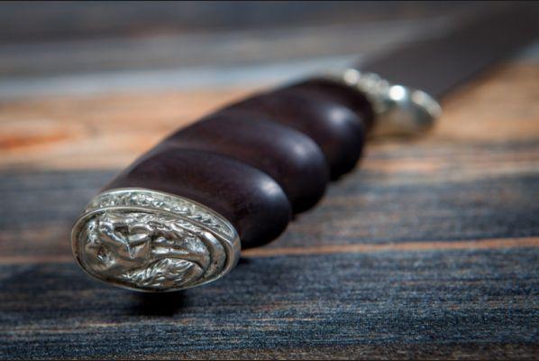 Нож Беркут <span>(булат, черный граб, литьё мельхиор, резная рукоять под пальцы)</span>