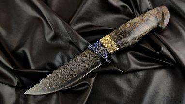Авторский нож Русский <span><span>(мозаичный дамаск, мозаичный больстер, вставки латунь, стабилизированная карельская береза, резная рукоять)</span></span>