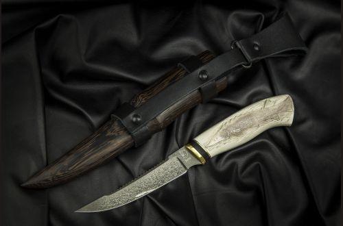 Нож Рыбак <span>(булат, рог лося, ручная резьба по кости, деревянные ножны из венге)</span>