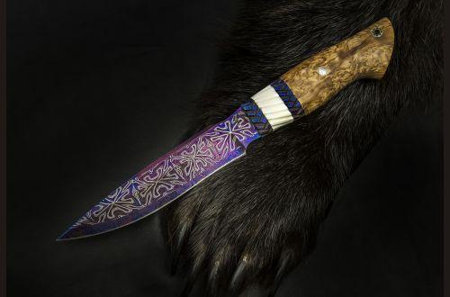 Авторский нож Ворон <span>(мозаичный дамаск, в режущей кромке 20 000 слоев, мозаичный больстер, вставка клык моржа, стабилизированная карельская береза, мозаичный пин)</span>