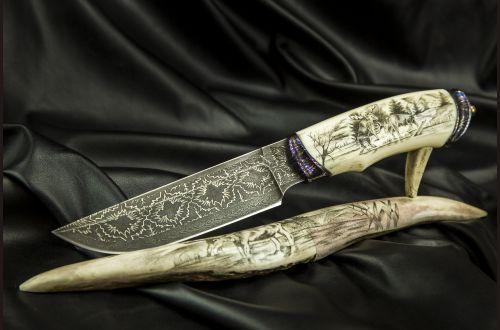 Авторский нож Походный <span>(Мозаичный дамаск, в режущей кромке 20000 слоёв, клык моржа, мозаичный дамаск, художественное оформление рукояти и подставки - скримшоу)</span>