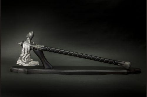 Кованый топор Осьминог <span>(дамасская сталь 7000 слоёв, топорище черный граб, ручная резьба)</span>